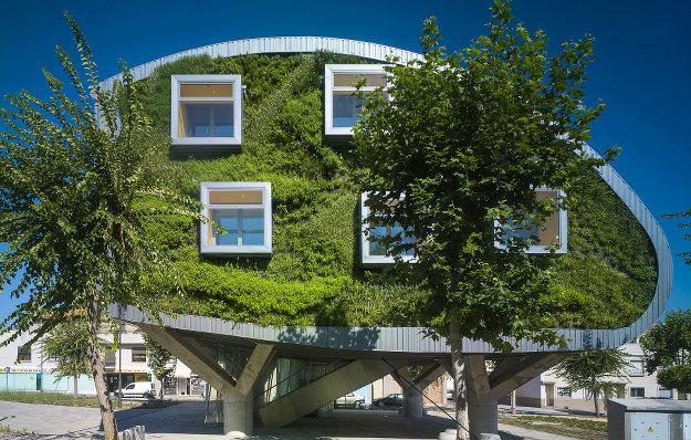 Озеленённое здание муниципалитета вИспании 1